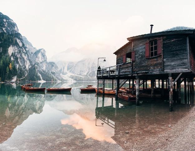 Acqua cristallina. buon paesaggio con le montagne. luogo turistico con edificio in legno e pera