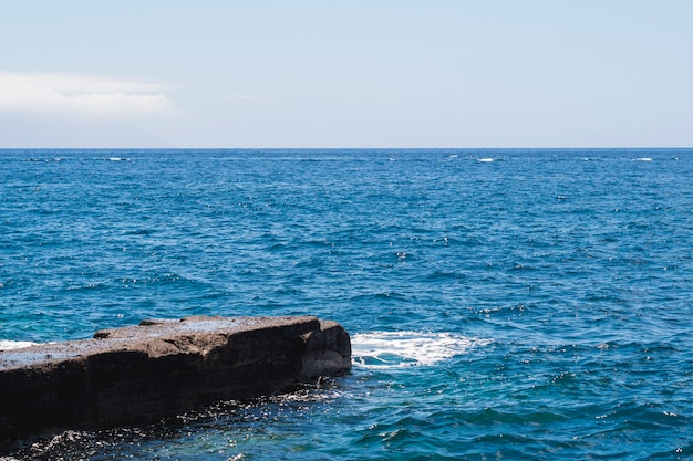 Acqua cristallina del primo piano sulla spiaggia