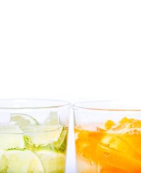 Acqua deliziosa con fettine di frutta