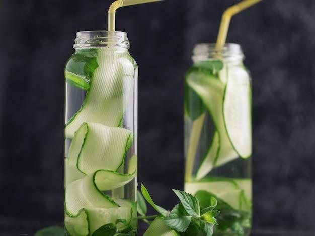 Acqua di cetriolo con menta nel bicchiere. bevanda disintossicante rinfrescante