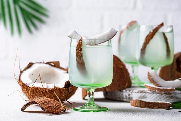 Acqua di cocco fresca sana naturale
