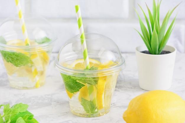 Acqua di disintossicazione fresca della foglia di menta succosa di pulizia del limone