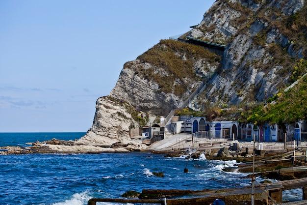 Acqua di mare blu, pietre e rocce sulla costa del mare adriatico