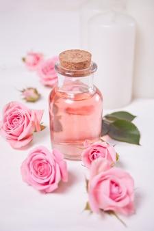 Acqua di rose aromatiche per la cura della pelle, olii essenziali, trattamenti di bellezza spa