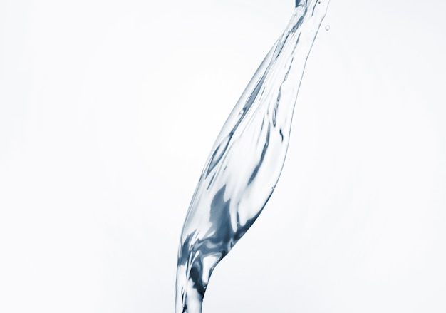 Acqua dinamica sul primo piano bianco del fondo
