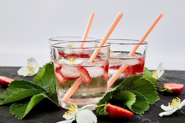 Acqua disintossicante alla fragola con fiore di gelsomino. bevanda ghiacciata estiva