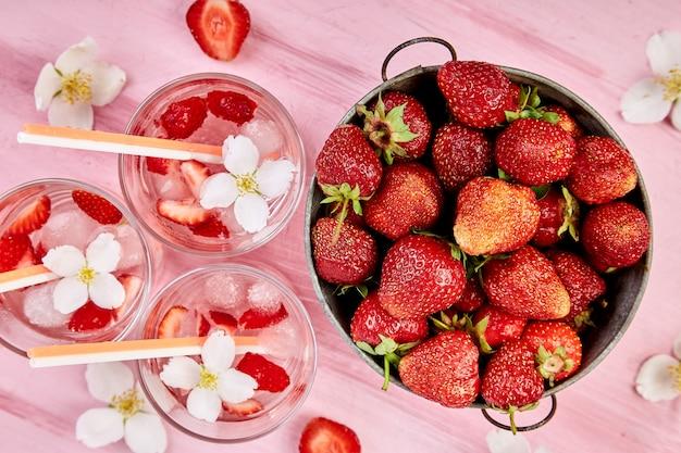 Acqua disintossicante alla fragola con fiore di gelsomino. bevanda o tè ghiacciato estivo.