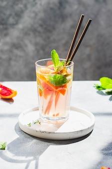 Acqua disintossicante con arance rosse e foglie di menta