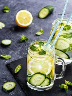 Acqua disintossicante con cetriolo, limone e menta