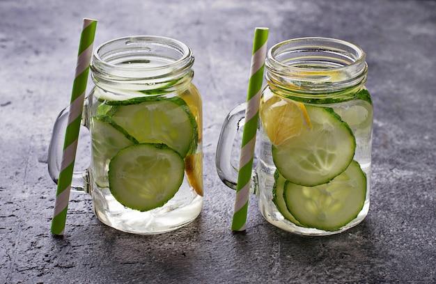 Acqua disintossicante rinfrescante con cetriolo e limone