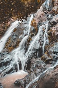 Acqua dolce del torrente nel parco naturale, bella cascata nella foresta pluviale