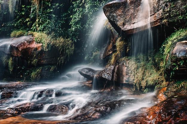 Acqua dolce del torrente nel wiman thip parco naturale delle cascate, bellissima cascata nella foresta pluviale