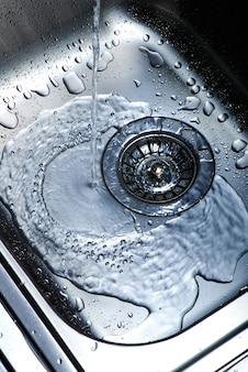 Acqua e goccioline nel lavandino