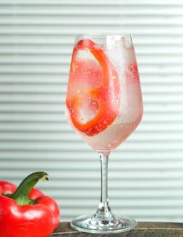 Acqua frizzante con peperone