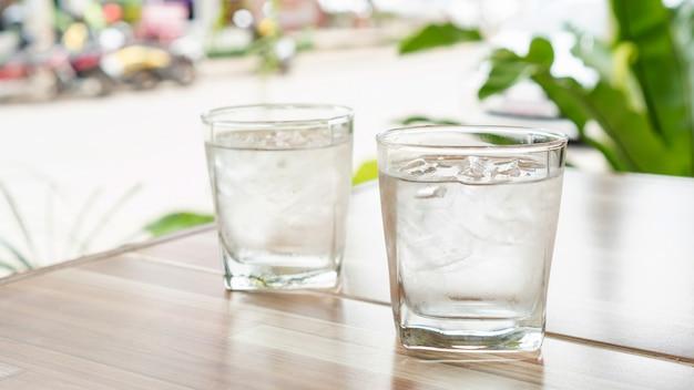 Acqua ghiacciata su un tavolo di legno.