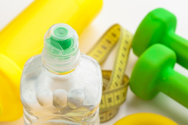 Acqua in bottiglia per una vita sana e nastro di misurazione