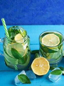 Acqua infusa refrigerata cetriolo con menta e limone
