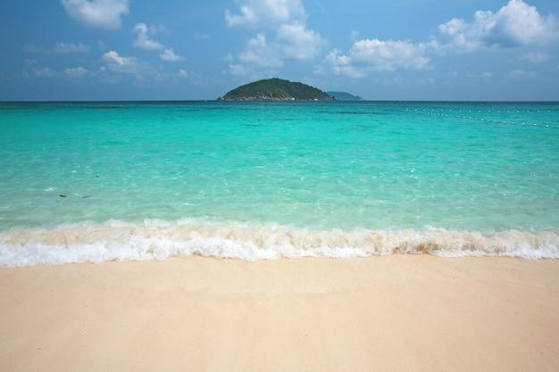 Acqua limpida e sabbia bianca all'isola di similan, a sud della thailandia.