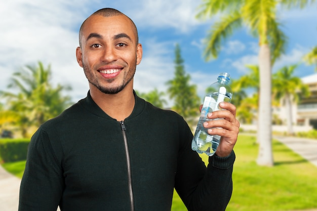 Acqua potabile del giovane uomo di colore freddo