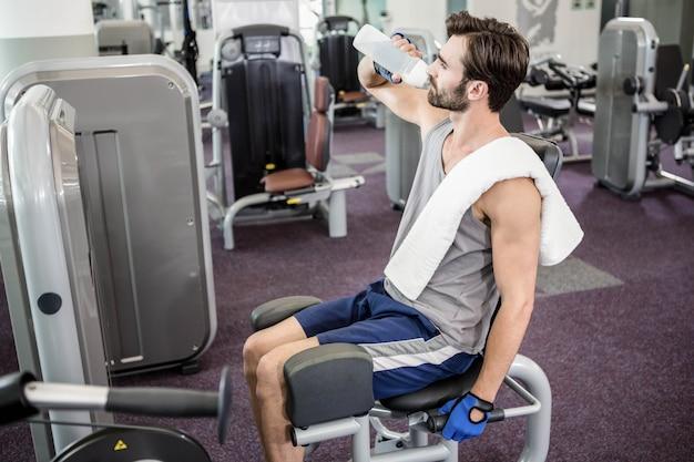 Acqua potabile dell'uomo bello a ginnastica