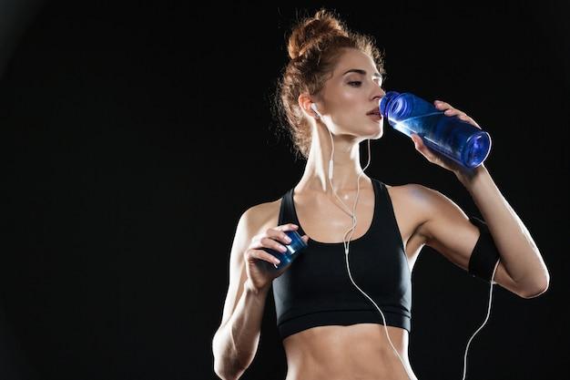 Acqua potabile della donna fitness