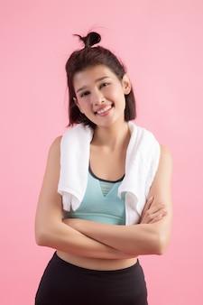 Acqua potabile della giovane bella donna adatta dopo l'esercizio