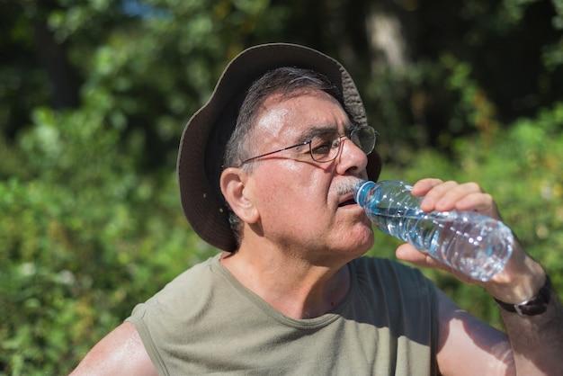 Acqua potabile escursionista anziano