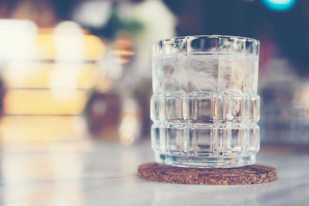 Acqua potabile fredda nella caffetteria