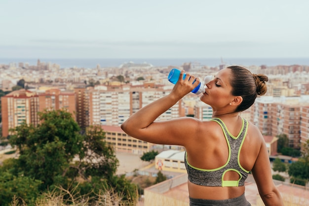 Acqua potabile sportiva dopo l'allenamento