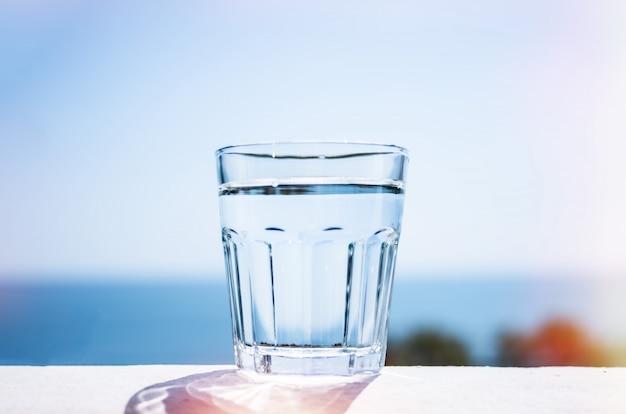 Acqua pulita in un bicchiere. il concetto di uno stile di vita sano.