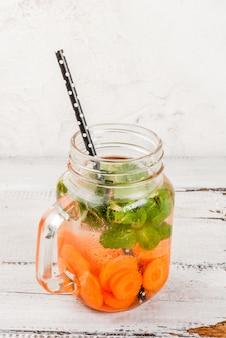 Acqua rinfrescante infusa con carote