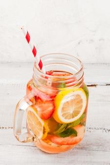 Acqua rinfrescante infusa con limone e fragole