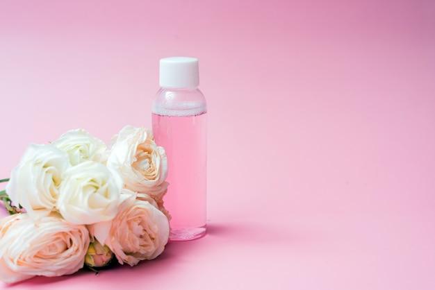 Acqua rosa con estratti di rose e fiori