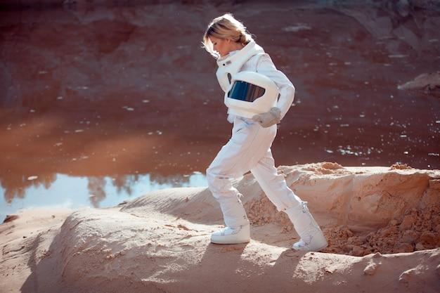 Acqua su marte, futurista astronauta senza elmetto in un altro pianeta, immagine con l'effetto di tonificazione