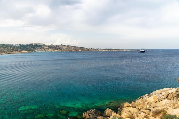 Acqua trasparente lungo la costa azzurra del mar mediterraneo.