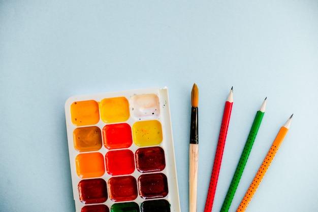 Acquerelli con un pennello e matite