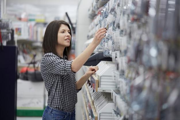 Acquista donna al negozio di ferramenta