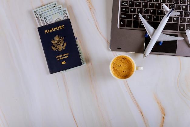 Acquistare i biglietti online alla prenotazione dell'aereo con computer e carta di credito, passaporto usa e banconote in dollari