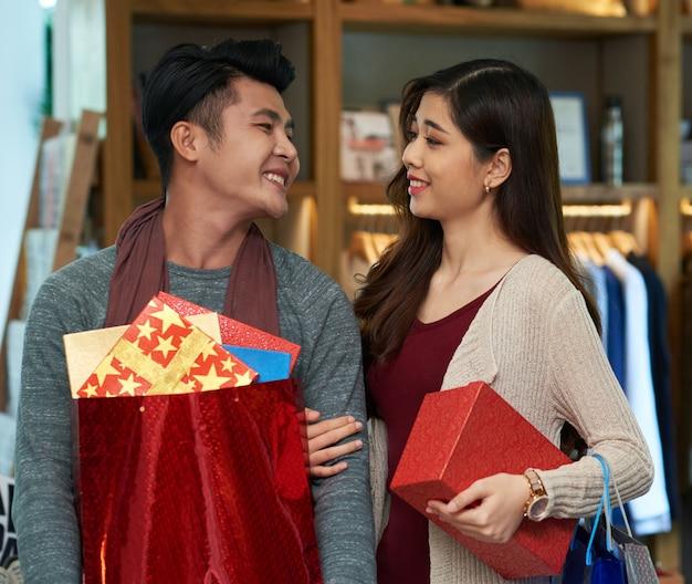 Acquistare regali per tutti