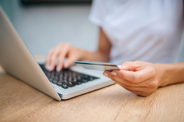 Acquisti online. concetto di e-commerce