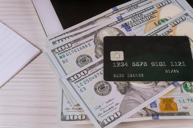 Acquisti online tramite e-commerce per acquistare su cyber lunedì acquistando online con carta di credito su tablet pc