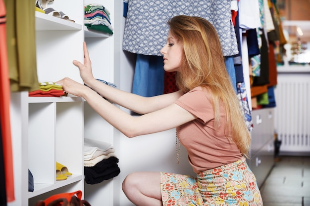 Acquisto della donna al negozio di moda