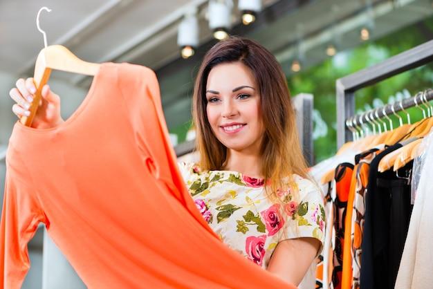 Acquisto della giovane donna nel grande magazzino di modo