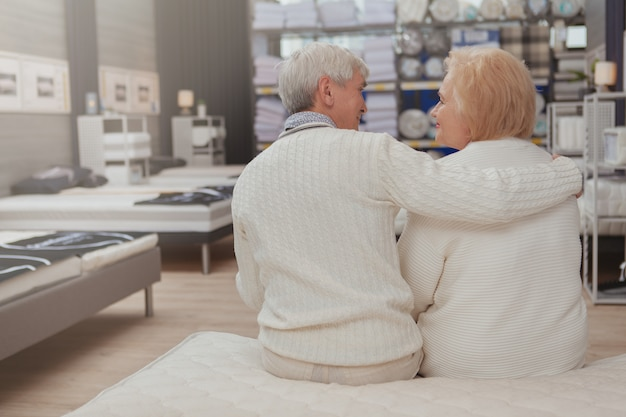 Acquisto senior adorabile delle coppie al negozio di mobili