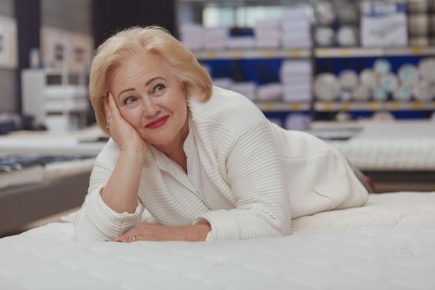 Acquisto senior della donna al negozio di mobili