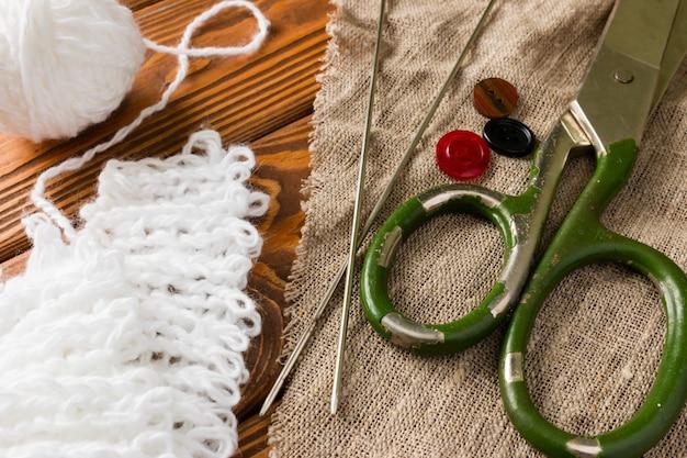 Adatta le forbici su tessuto accanto a un gomitolo di lana