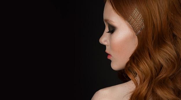 Adatti il ritratto di concetto di una donna con bei capelli brillanti sani rossi lunghi