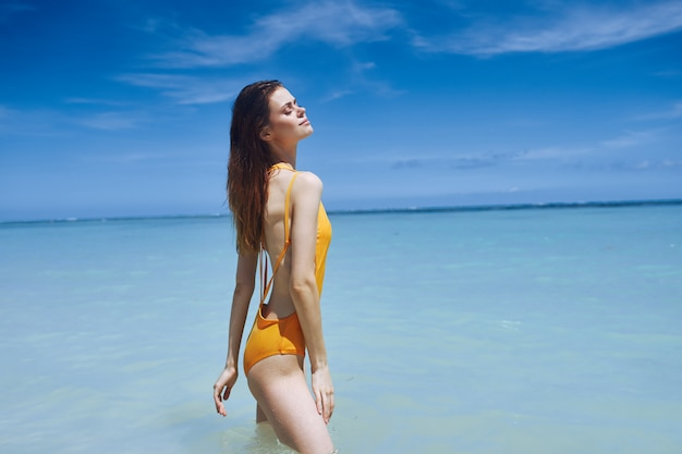 Adatti l'estate del sole del modello della palma, la bella posa di modello