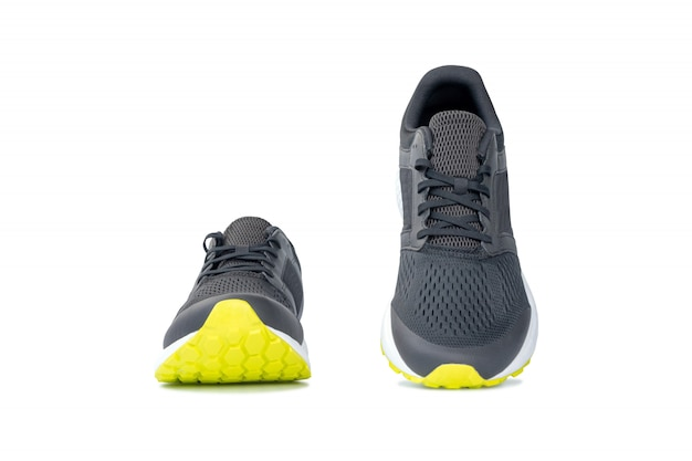 Adatti le scarpe da tennis correnti isolate su fondo bianco