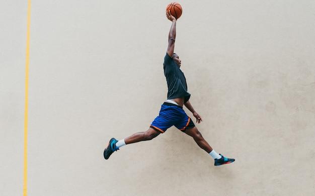 Addestramento del giocatore di pallacanestro su una corte a new york city